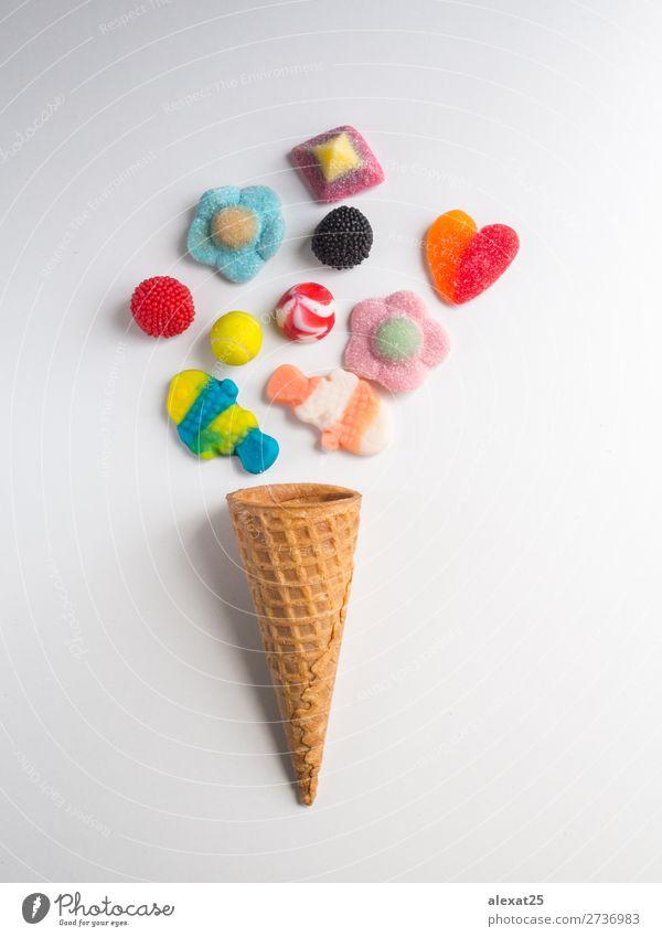 Eiscremekegel mit Geleebonbons auf weißem Hintergrund Dessert Sommer Gastronomie Mode frisch lecker gelb rot Farbe Kalorie Bonbon kalt farbenfroh Zapfen Kornett
