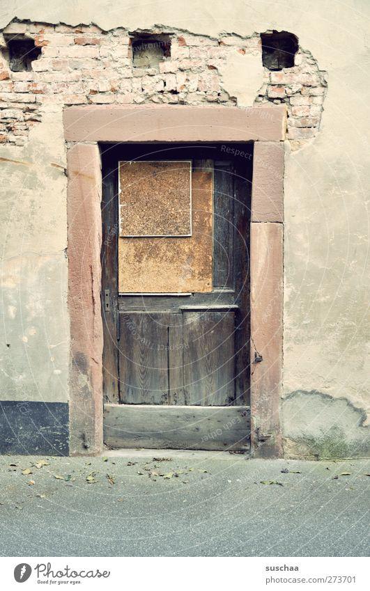 irgendwo in w Dorf Menschenleer Gebäude Mauer Wand Fassade Tür Stein Beton Holz alt kaputt Armut Vergänglichkeit Loch Gemäuer Eingang Farbfoto Gedeckte Farben