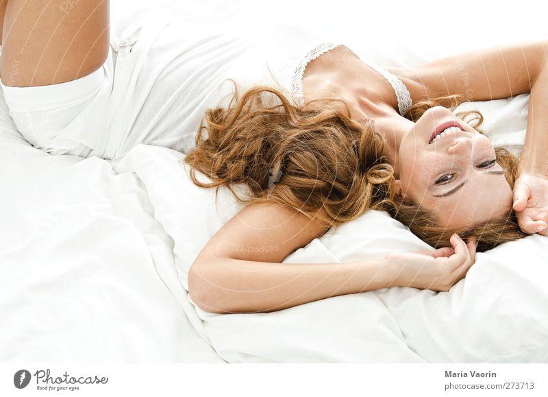 Morgens, halb 10 in Deutschland. Mensch Jugendliche schön Erwachsene Erholung feminin Erotik Junge Frau träumen Zufriedenheit liegen natürlich 18-30 Jahre