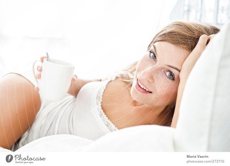 Morgenkaffee Getränk Heißgetränk Kaffee Tasse Häusliches Leben Bett Mensch feminin Junge Frau Jugendliche 1 18-30 Jahre Erwachsene brünett langhaarig Lächeln