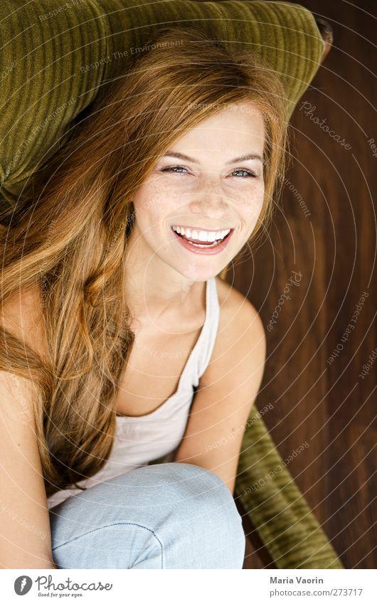 Gute-Laune-Bild Häusliches Leben Sessel Wohnzimmer Mensch feminin Junge Frau Jugendliche 1 18-30 Jahre Erwachsene Jeanshose brünett langhaarig Erholung Lächeln