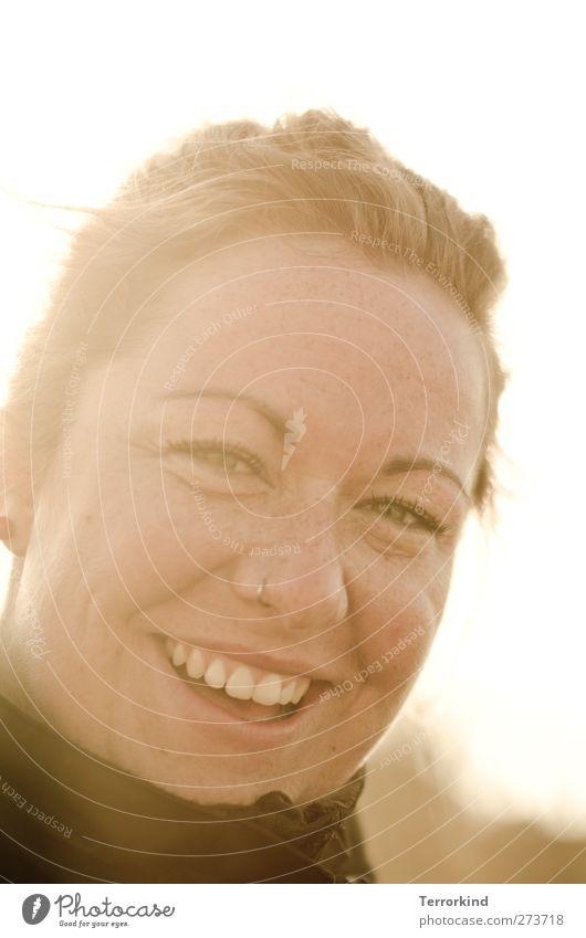 Hiddensee | . Frau lachen Lächeln stark Charakter Mensch Zähne Mund Piercing Jacke Kragen Sonne Gegenlicht Haare & Frisuren wunderschön.