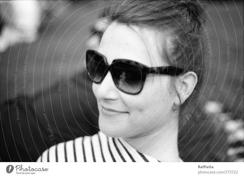 happiness feminin Junge Frau Jugendliche Gesicht Nase Mund Lippen 1 Mensch 18-30 Jahre Erwachsene T-Shirt Sonnenbrille brünett langhaarig Zopf beobachten