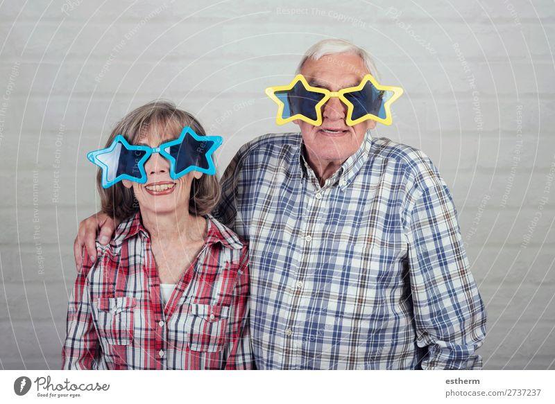 lustige Großeltern mit großer Sternenbrille Lifestyle Freude Freizeit & Hobby Feste & Feiern Karneval Ruhestand Mensch Weiblicher Senior Frau Männlicher Senior