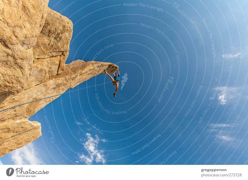 Der Kletterer baumelt vom Gipfel. Leben Abenteuer Klettern Bergsteigen Erfolg Seil maskulin 1 Mensch Felsen hängen blau Tapferkeit selbstbewußt Willensstärke
