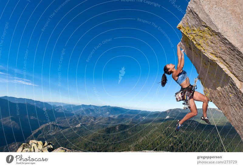 Kletterer baumelt. Fitness Leben Abenteuer Klettern Bergsteigen Erfolg feminin Frau Erwachsene 1 Mensch 18-30 Jahre Jugendliche Gipfel hängen selbstbewußt Kraft