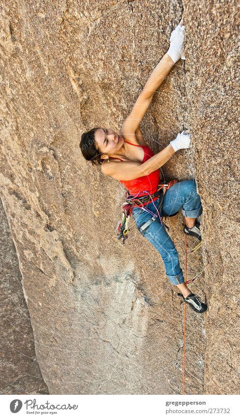 Mensch Frau Jugendliche Erwachsene feminin Leben Kraft 18-30 Jahre Erfolg Abenteuer Seil einzigartig Klettern Mut Gleichgewicht Höhenangst