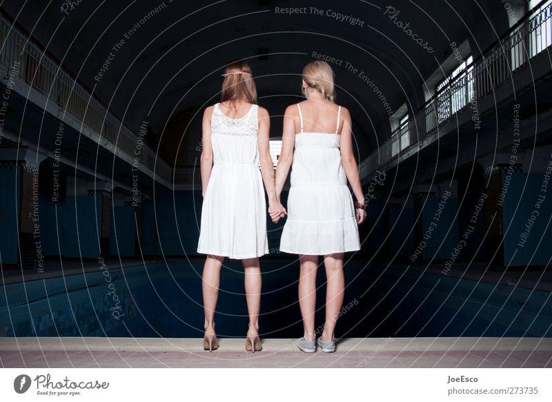 #233490 Abenteuer Team Frau Erwachsene Freundschaft Leben Mensch Kleid entdecken festhalten stehen warten dunkel Zusammensein natürlich stark selbstbewußt Kraft