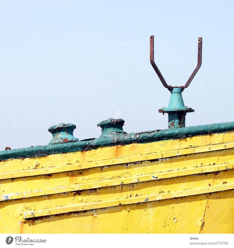 Hiddensee | Die Königin geht von Bord Verkehr Schifffahrt Fähre Metall alt dreckig historisch gelb grün Ehre Tapferkeit Ehrlichkeit Gerechtigkeit Zufriedenheit