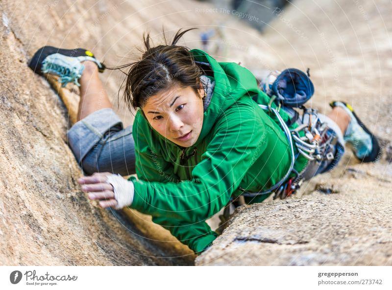Weibliche Klettererin, die sich an eine Klippe klammert. Leben Abenteuer Klettern Bergsteigen Seil feminin Junge Frau Jugendliche 1 Mensch 18-30 Jahre