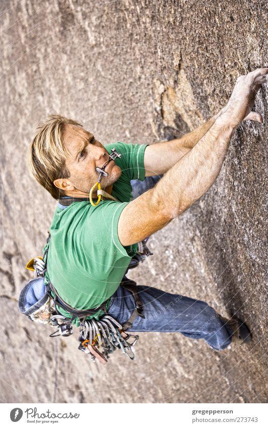 Mensch Mann Erwachsene Erholung Felsen Kraft maskulin Erfolg Abenteuer Seil Gipfel festhalten Klettern Vertrauen Mut Gleichgewicht