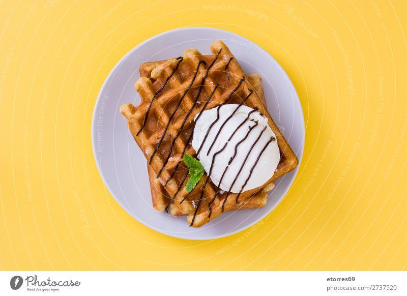 Frühstück belgisch mit Waffeln mit Eis Dessert Speiseeis Belgier Belgien weiß gelb süß Lebensmittel Gesunde Ernährung Foodfotografie Hintergrund neutral Minze