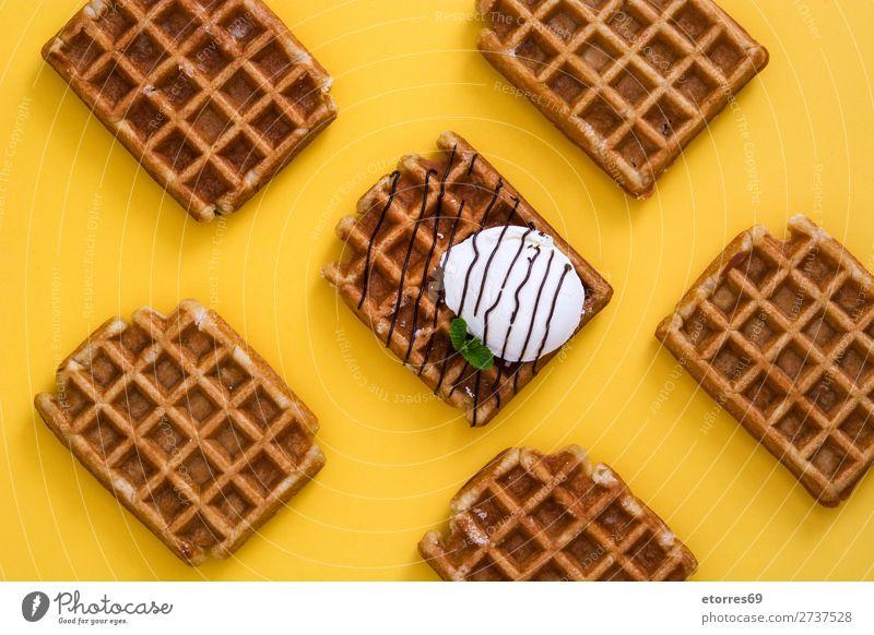 Frühstück belgisch mit Waffeln mit Eismuster Dessert Speiseeis Belgier Belgien weiß gelb süß Lebensmittel Gesunde Ernährung Foodfotografie Hintergrund neutral