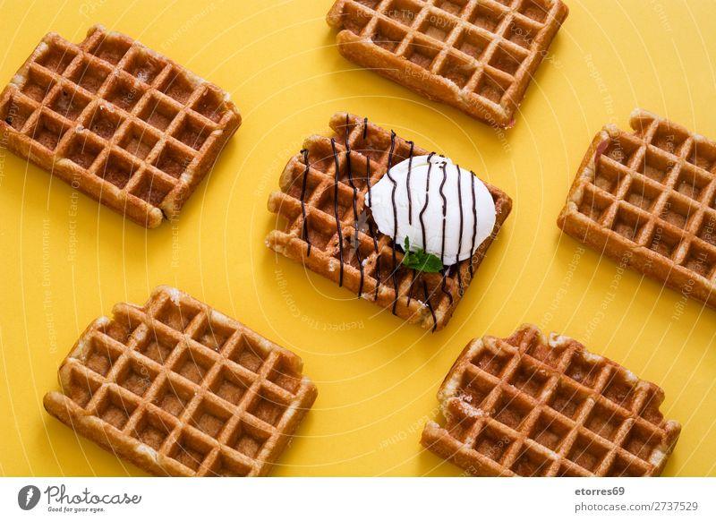Waffeln mit Schokoladensauce, Eis und Minze Dessert Speiseeis Belgier Belgien weiß süß Lebensmittel Gesunde Ernährung Foodfotografie Hintergrund Frühstück Wafer
