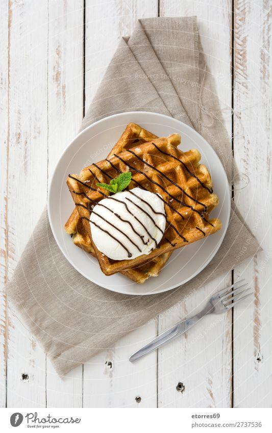 Belgisches Frühstück mit Waffeln mit Eis auf weißem Holztisch. Dessert Speiseeis Belgier Belgien gelb süß Bonbon Lebensmittel Gesunde Ernährung Foodfotografie
