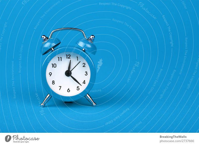 Nahaufnahme eines blauen Weckers auf blauem Hintergrund Uhr Metall alt schlafen retro weiß Farbe Tradition zwei Zeitpunkt Entwurf Zeichen Ermahnung Warnung