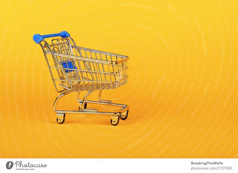 Nahaufnahme des Einzelhandelswarenkorbs über gelb kaufen Wirtschaft Industrie Handel Business Mittelstand Papier Spielzeug Metall Kunststoff Farbe Supermarkt