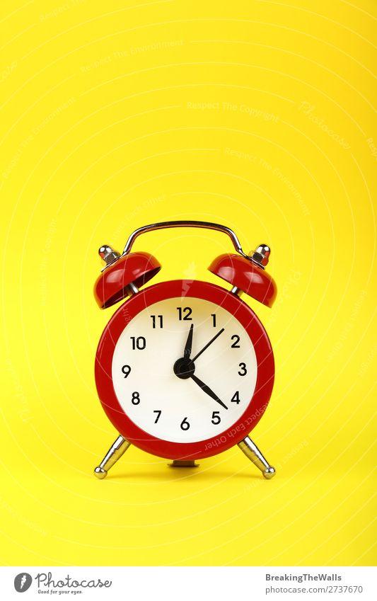 Schließen Sie einen roten Wecker über gelbem Hintergrund. Uhr Metall alt schlafen retro Tradition Zifferblatt Klingel Zwilling Zeitpunkt Entwurf Zeichen