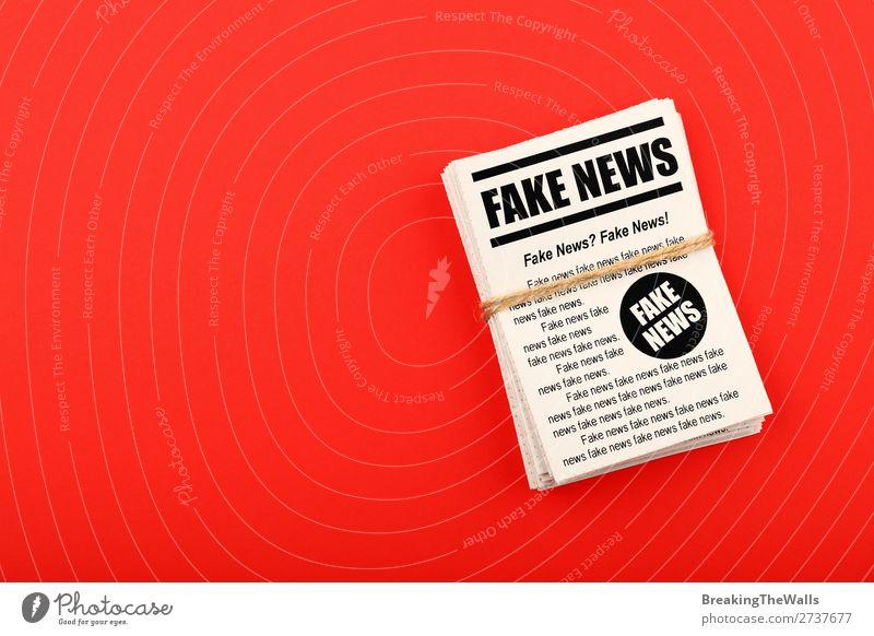 Stapel von FAKE NEWS Zeitungen über rot Medienbranche Telekommunikation Printmedien Zeitschrift Papier falsch Farbe Information Bündel Journalismus Problematik