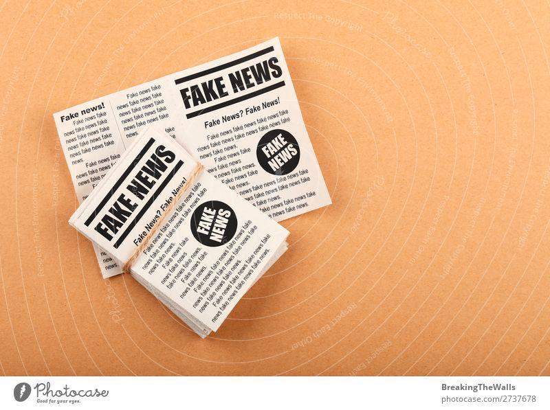 Stapel von FAKE NEWS Zeitungen über braunem Papier sprechen Medien Printmedien Zeitschrift lesen Schilder & Markierungen Hinweisschild Warnschild falsch