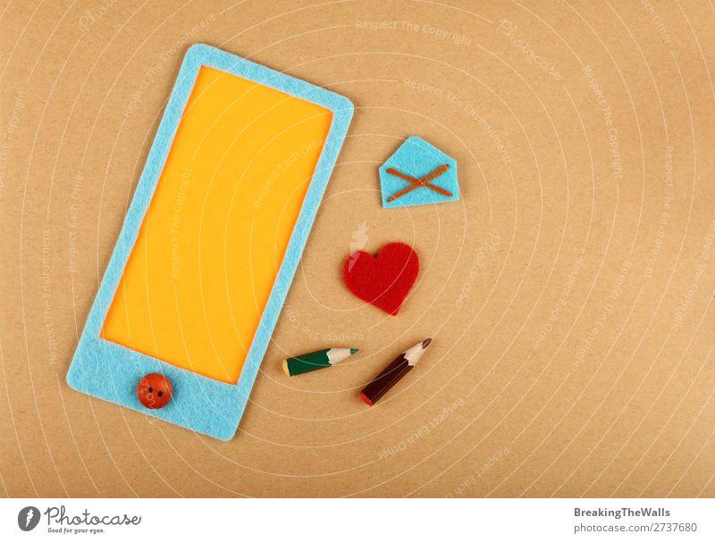 Filzboot Smartphone mit Herz über braunem Papier Freizeit & Hobby Basteln Valentinstag Post Handy PDA Bildschirm Zeichen Kommunizieren Liebe trendy modern blau
