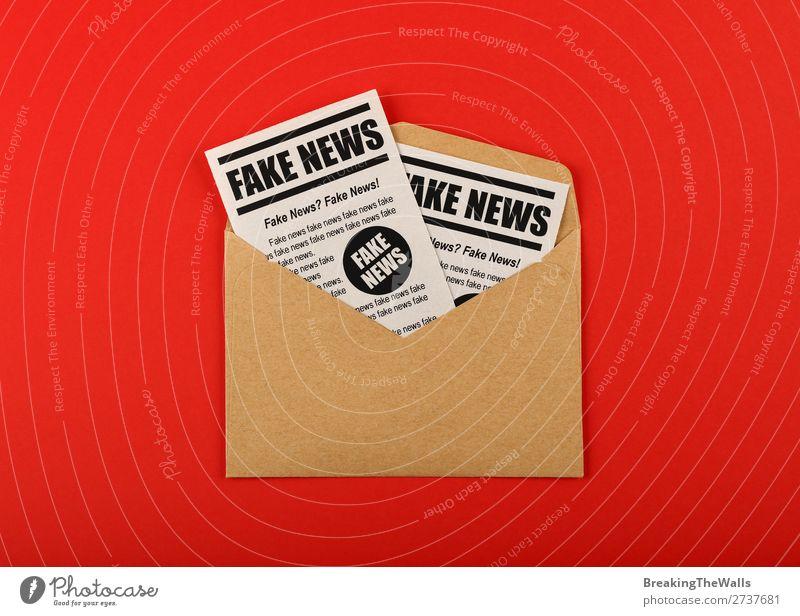 Umschlag mit FAKE NEWS Zeitungen über rot Post sprechen Medien Printmedien Zeitschrift Papier Zeichen Schilder & Markierungen braun falsch Information
