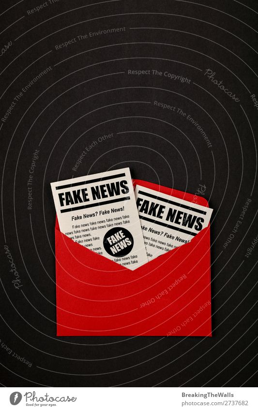 Umschlag mit FAKE NEWS Zeitungen über Schwarz Post Medien Printmedien Neue Medien E-Mail Zeitschrift Papier rot schwarz falsch Farbe Fälschung Journalismus