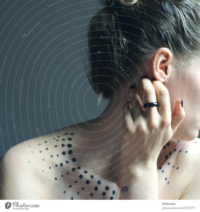 Rückblick schön Haare & Frisuren Haut Maniküre Schminke Nagellack Mensch Junge Frau Jugendliche Erwachsene Ohr Hand Finger 1 Ring Punkt elegant nackt bemalt