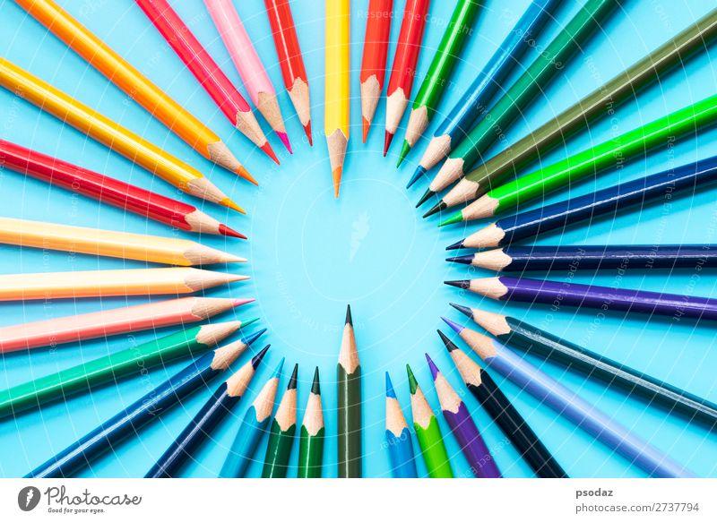 Ideenaustauschkonzept, Buntstifte auf blauem Hintergrund Freizeit & Hobby Kind Schule Arbeit & Erwerbstätigkeit Büro Business Sitzung Menschengruppe Kunst