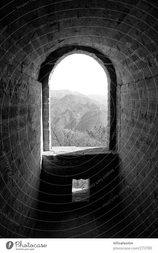 Kein Flachland weiß Einsamkeit ruhig schwarz Landschaft Fenster dunkel Berge u. Gebirge Wand Mauer Stein hell Horizont Idylle Hügel Bauwerk