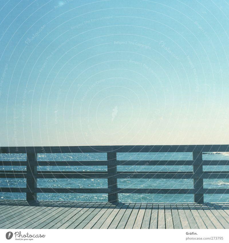 Coney Island Licht Sonne Textfreiraum oben Linie Geländer Brückengeländer Holz blau Himmel Sommer Meer Schatten weiß Fernweh Sehnsucht Wärme Einsamkeit leer