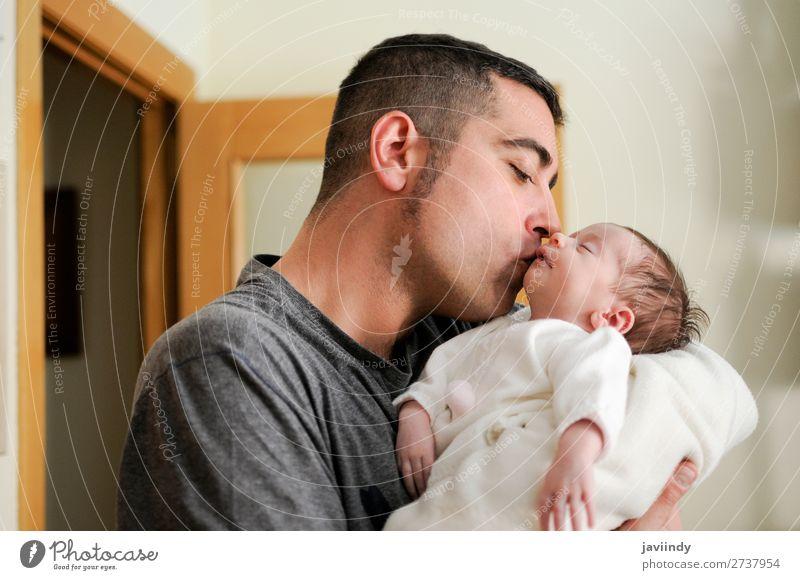 Vater küsst sein neugeborenes Mädchen. Glück Kind Mensch maskulin Baby Mann Erwachsene Eltern Familie & Verwandtschaft Kindheit Jugendliche 2 0-12 Monate