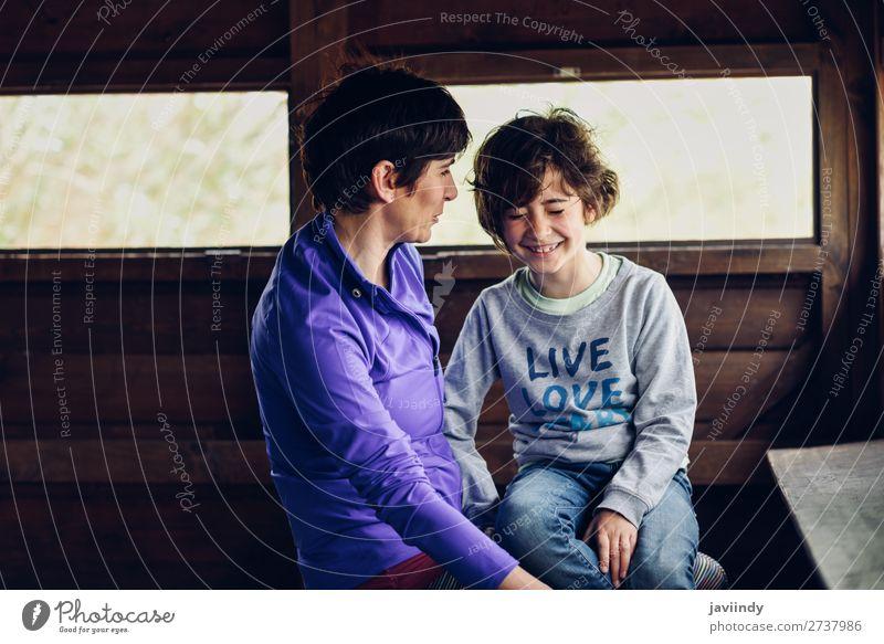 Mutter und Tochter lachend in einer Hütte auf dem Land. Lifestyle Freude Glück schön Gesicht Freizeit & Hobby Spielen Haus Kind feminin Mädchen Frau Erwachsene