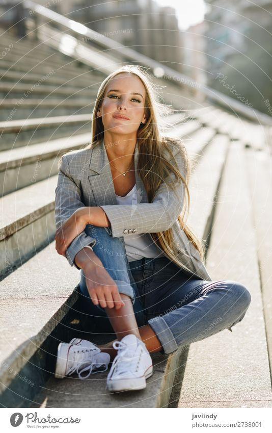 Frau Mensch Jugendliche Junge Frau schön weiß 18-30 Jahre Straße Lifestyle Erwachsene Herbst feminin Stil Mode Haare & Frisuren modern