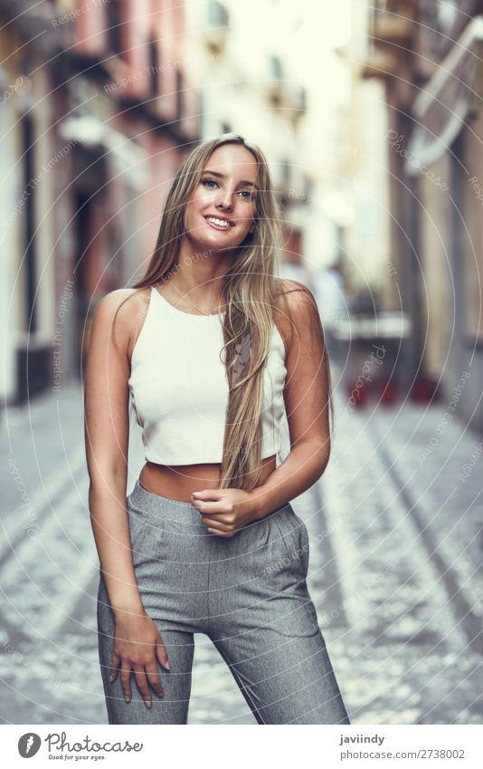 Junge blonde Frau, glatte Frisur, im urbanen Hintergrund. Lifestyle elegant Stil Glück schön Haare & Frisuren Sommer Mensch feminin Junge Frau Jugendliche