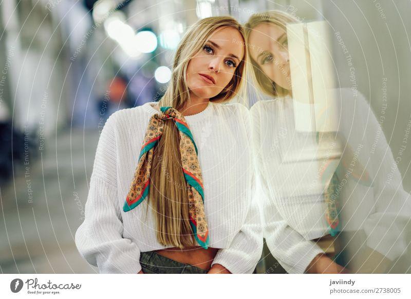 Blondes Mädchen mit defokussierten städtischen Stadtlichtern bei Nacht. Lifestyle kaufen Stil Glück schön Haare & Frisuren Winter Mensch feminin Junge Frau