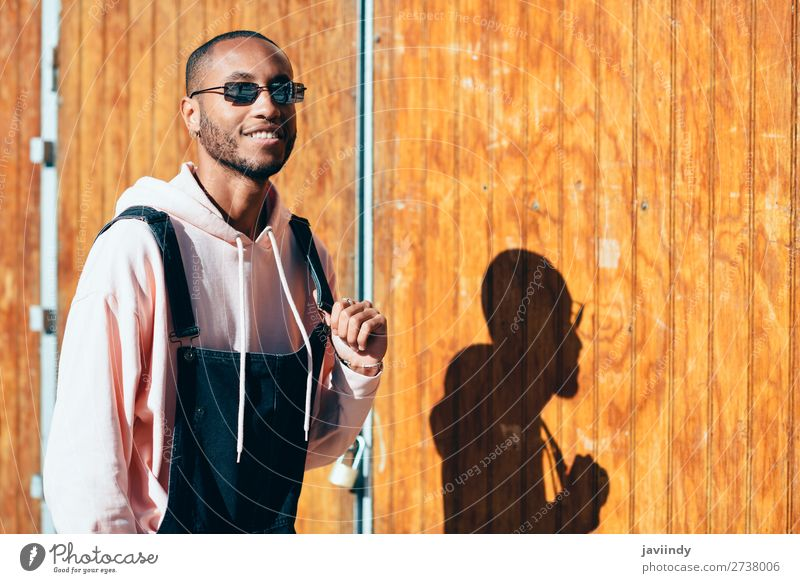 Junger schwarzer Mann trägt Freizeitkleidung und Sonnenbrille im Freien. Lifestyle Glück schön Mensch maskulin Junger Mann Jugendliche Erwachsene 1 18-30 Jahre