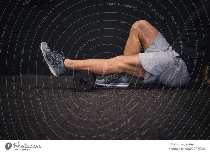 Muskeln ausrollen Lifestyle Körper Massage Sport Yoga Mensch Frau Erwachsene Gesäß Tänzer Fitness dunkel Therapie Gerät üben Pilates im Innenbereich Dehnung