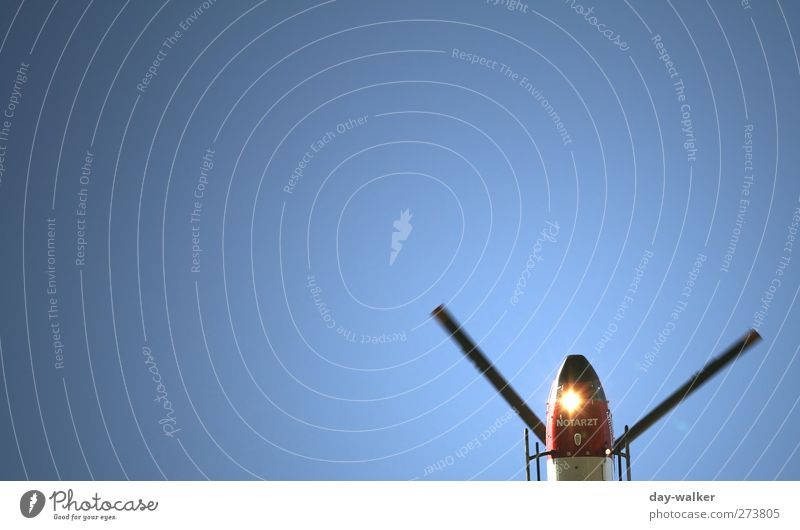 Hightech Windmühle Technik & Technologie High-Tech Luftverkehr Verkehrsmittel Hubschrauber Rettungshubschrauber fliegen hoch Geschwindigkeit blau Hoffnung Rotor