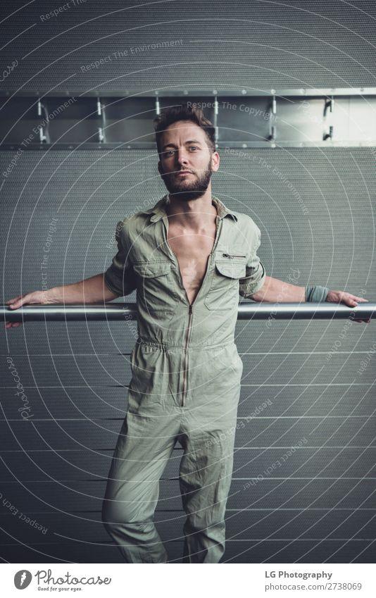 Porträt eines Mannes im Overall schön Körper ruhig maskulin Homosexualität Erwachsene Gebäude Mode Vollbart Metall einfach Erotik modern grau weiß Behaarung