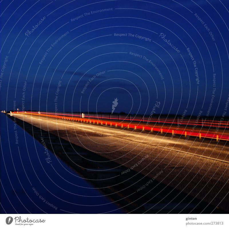 Nachtstreifen blau rot schwarz Ferne gelb Straße Bewegung Architektur PKW hell Zeit gold glänzend Energie Verkehr Geschwindigkeit
