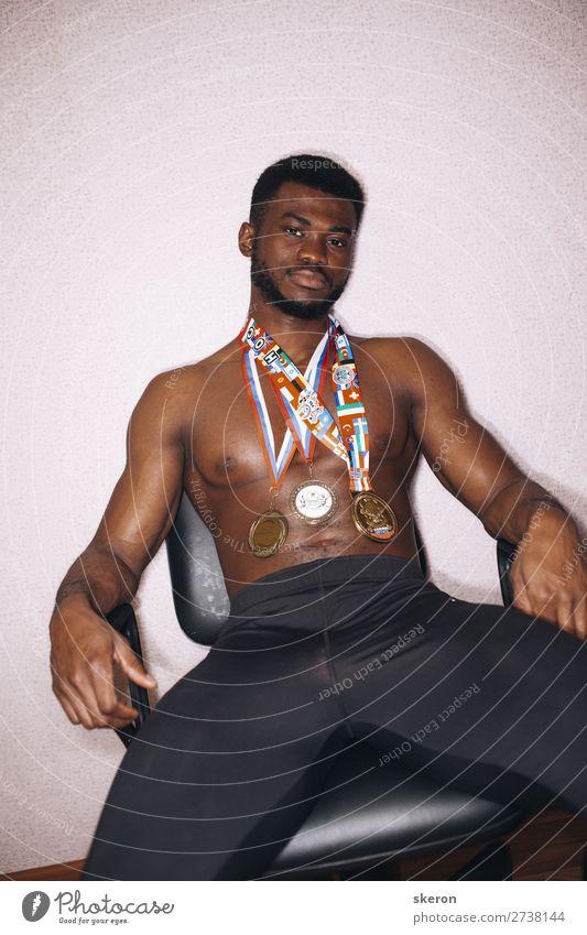 Afrikanischer Athlet mit Medaillen auf der Brust Lifestyle Freizeit & Hobby Sport Fitness Sport-Training Leichtathletik Sportler Preisverleihung Erfolg