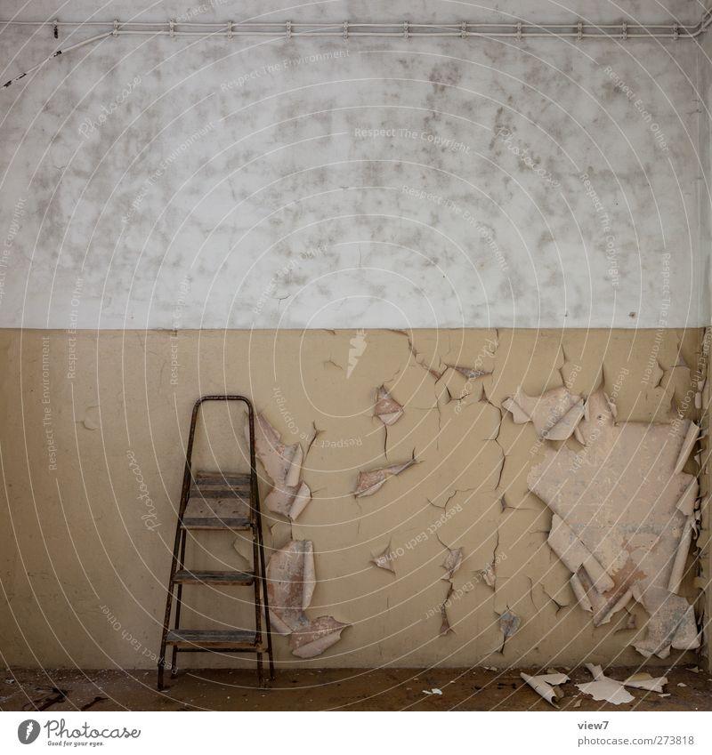 nach der Pleite Leiter parken Müll alt trist schäbig verloren Alltagsfotografie grau Abnutzung Häusliches Leben Raum Innenarchitektur stehleiter Kammer Putz