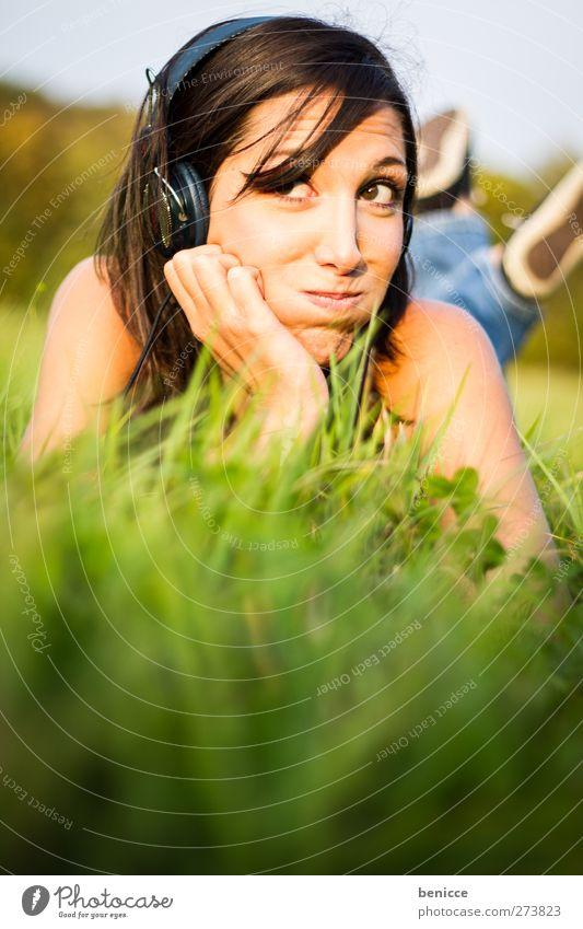 Musik & Gras Frau Mensch Sommer Wiese liegen hören Kopfhörer MP3-Player CD Player Walkman Freude Vogelperspektive Sonne Sonnenstrahlen lachen Lächeln Erholung