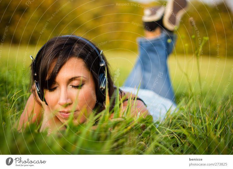 Grastöne Frau Mensch Musik Sommer Frühling Wiese liegen hören Kopfhörer MP3-Player CD Player Walkman Freude Auge geschlossen frei Einsamkeit einzeln Tag Sonne