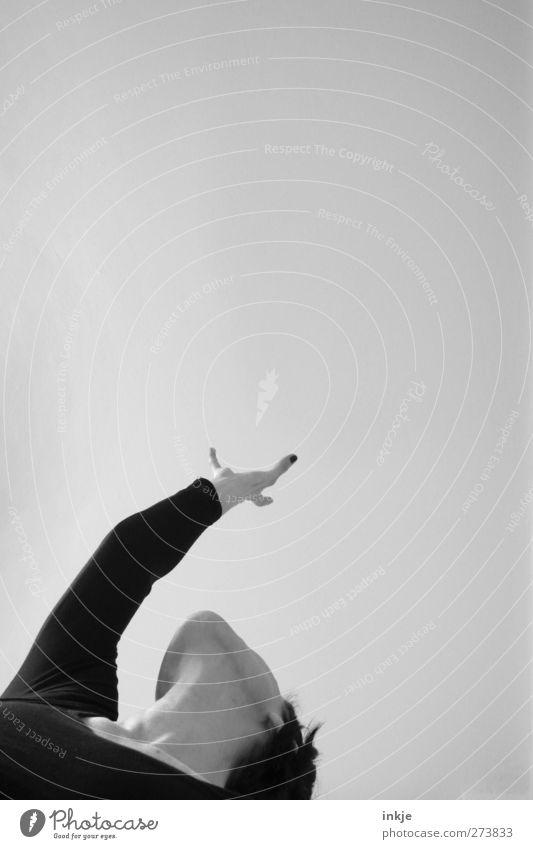Reiki kann doch jeder. Freizeit & Hobby Spielen Frau Erwachsene Leben Arme 1 Mensch Luft Himmel stehen Ferne hoch oben Gefühle Stimmung Neugier Hoffnung Ziel