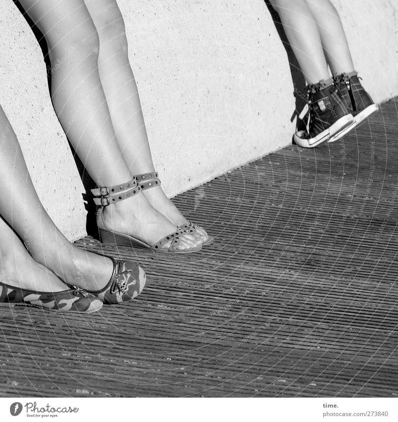 Sunny Afternoon Mensch Beine Fuß 3 Sommer Schönes Wetter Mode Schuhe Sandale Stein Holz stehen lang nackt sportlich weich Partnerschaft Erholung erleben