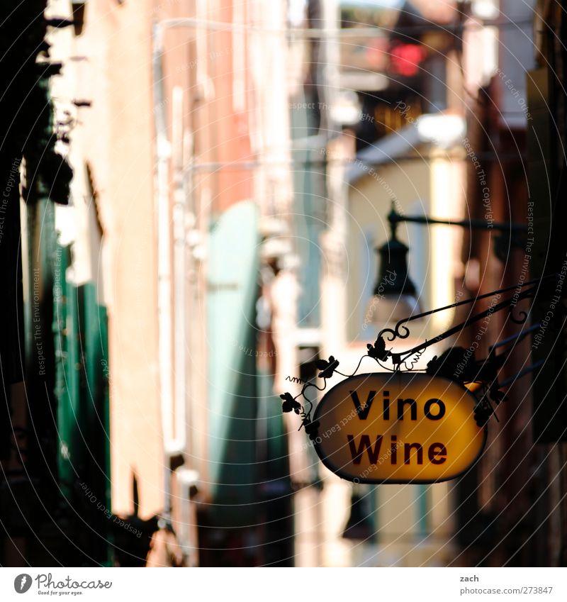 Venezianischer Wein Getränk Alkohol Sekt Prosecco Genußmittel kaufen Venedig Italien Fischerdorf Hafenstadt Altstadt Haus Fassade Schilder & Markierungen Gasse