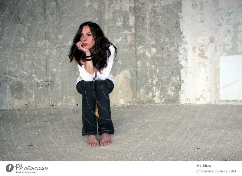 warten auf die handwerker Frau Erwachsene feminin Wand Mauer Gebäude Raum Wohnung sitzen warten leer Bodenbelag trist Pause Baustelle beobachten