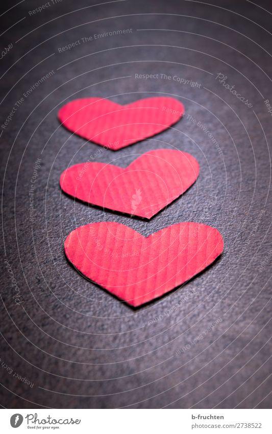Herzen aus Kartons, Valentinsherzen rot Freude dunkel Leben Liebe Stil Freundschaft liegen einzigartig Papier beobachten Zeichen wählen Valentinstag